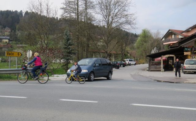 Del državne ceste proti Vačam je pri Mane baru v zasebni lasti. FOTO: Bojan Rajšek/Delo