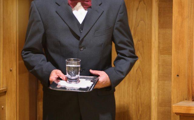 Če želi restavracija zaračunati postrežbo vode iz pipe, naj to jasno napiše v ceniku, nelogično pa je, da postrežbo vode iz pipe zavrne. FOTO: Jure Eržen