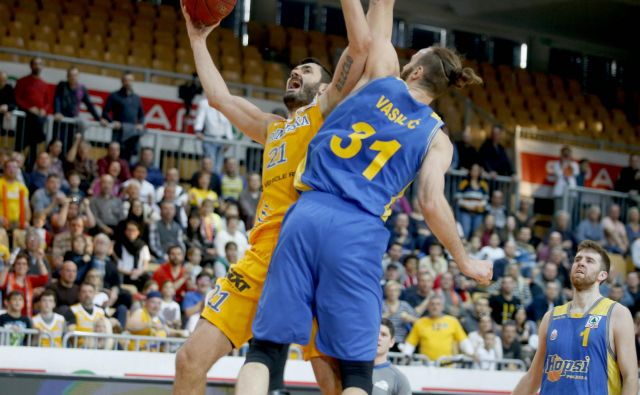 MVP finala 2. lige ABA Marko Jagodić Kurid�ža (z žogo) je bil vnovič učinkovit. FOTO: Roman Š�ipić