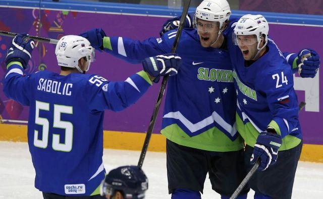 Anže Kopitar se je takole veselil na OI 2014 z Robertom Saboličem in Rokom Tičarjem. Vsi trije so tudi močno podčrtani na seznamu Iva Jana za SP skupine B v Kazahstanu.<br /> FOTO Reuters