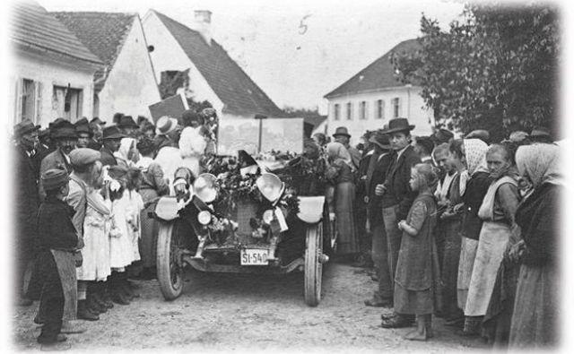 Apaški Nemci 5. avgusta 1920 pozdravljajo razmejitveno komisijo. FOTO: Deželni arhiv avstrijske Radgone (Stadtarchiv Bad Radkersburg)<br /> <br />