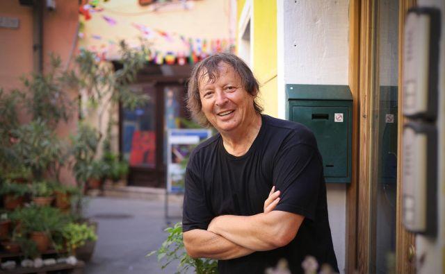 Drago Mislej - Mef, slovenski pisec besedil za popevke, kitarist, glasbenik, urednik in novinar, pravi, da je največja nevarnost, da bi se Izola spremenila v Piran ali v center Ljubljane. Foto Leon Vidic