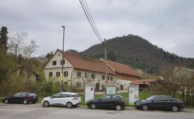 Zaparkirano središče Šmartnega pod Šmarno goro. FOTO Jože Suhadolnik/Delo