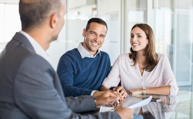 Mature financial advisor showing report to young couple for their investment. Salesman and positive couple talking about purchase. Happy couple consulting financial agent for loan. Foto Ridofranz Getty Images/istockphoto