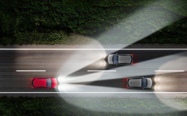 Sodobni matrični žarometi omogočajo vožnjo z dolgimi lučmi, a se vseskozi prilagajajo nasproti vozečim. FOTO: Opel