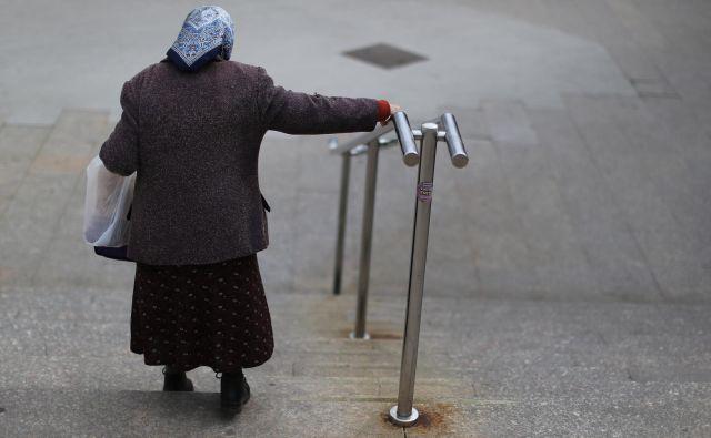 Več kot dvajset odstotkov starejših od 65 let živi v pomanjkanju. Foto Tomi Lombar