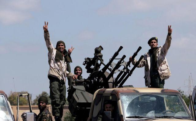 Pripadniki libijske nacionalne vojske na poti iz Bengazija v Tripoli. Veliki marš LNV v nasprotju s poročanjem nekaterih medijev traja že nekaj mesecev. Foto Reuters