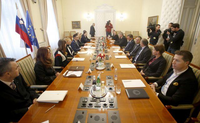 Današnjega zasedanja Sveta na nacionalno varnost so se med drugim udeležili tudi finančni minister Andrej Bertoncelj, ministrica za infrastrukturo Alenka Bratušek, predsednik republike Borut Pahor, direktor Sove Rajko Kozmelj in predstavnik največje opozicijske stranke SDS. FOTO: Roman Šipić