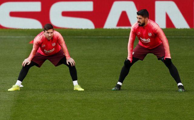 Lionel Messi in Luis Suarez bosta drevi glavna aduta Barcelone v Manchestru.FOTO: Reuters
