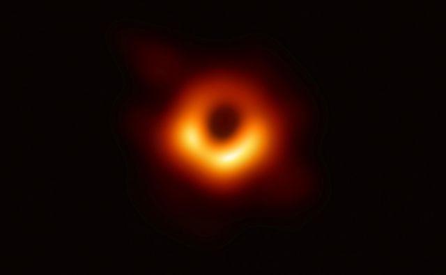 Fotografija črne luknje v v 53,5 milijona svetlobnih let oddaljeni galaksiji M87, ki ima maso 6,5 milijarde naših Sonc. Foto EHT/Reuters