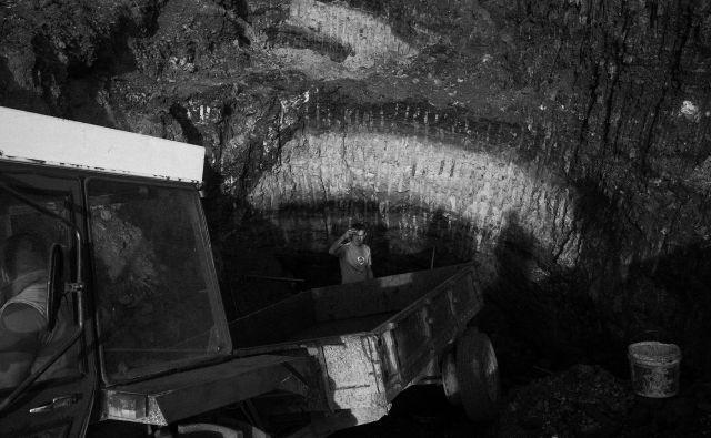 Vaščani na neuradnem kopu premoga v vasi blizu Banovićev. FOTO Jošt Franko