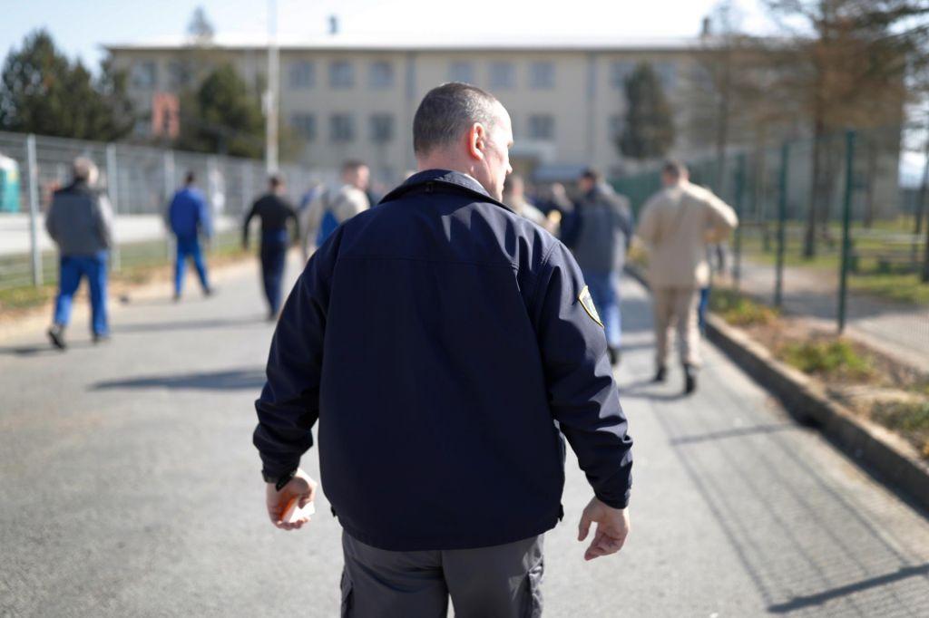 Migracije povečujejo delež zaprtih in priprtih tujcev