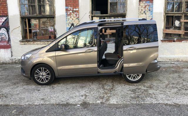Do druge klopi se dostopa skozi drsna vrata, kar je idealno pri parkiranju na tesnih prostorih. Foto Aljaž Vrabec