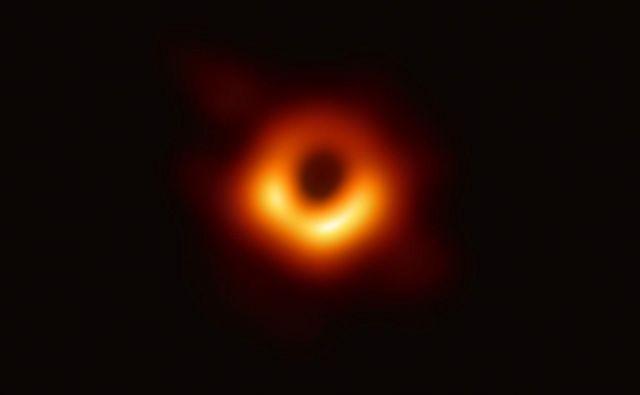 Teleskopi so v resnici posneli senco črne luknje na ozadju. Ozadje je v tem primeru sevanje plinov in plazme v akrecijskem disku. FOTO: EHT Collaboration