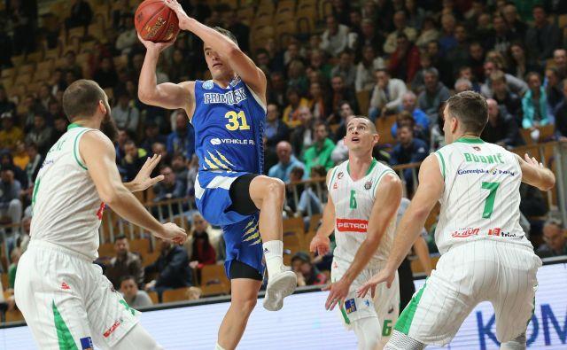 Žan Mark Šiško (z žogo) bo s Sixtom Primorsko znoiva gostoval v Tivoliju. FOTO: Tomi Lombar/delo