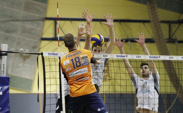 Kamniški blok je trikrat uspešno zaustavil Timo Polujana, naposled pa je Ukrajinec ravno z blokom odločil tekmo. FOTO: Leon Vidic