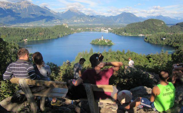 Med obiskovalci je tudi po zaslugi instagrama priljubljena točka Ojstrica, od koder se odpira lep pogled na jezero, otok in grad. FOTO: Blaž Račič