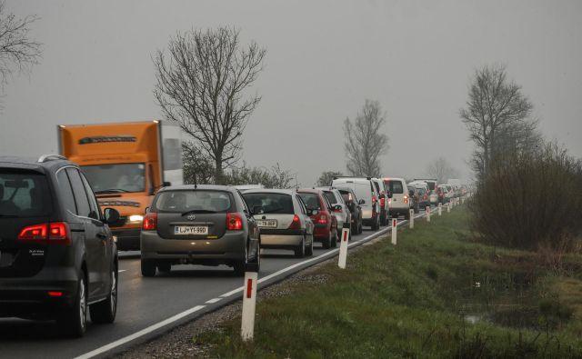 Jutranja gneča na Ižanski cesti. Številni proti Igu zavijejo v Pijavi Gorici ali na Škofljici, da bi se tako izognili prometnim zagatam na Dolenjski cesti.FOTO: Uroš Hočevar/Delo