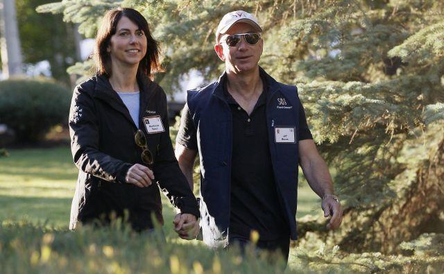 Najbogatejšega človeka na svetu Jeffa Bezosa (na fotografiji levo) je ločitev od žene MacKenzie (desno) olajšala za 31 milijard evrov. FOTO: Reuters