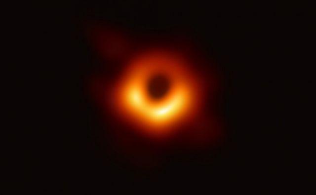 Do včeraj so bile vse podobe črne luknje le računalniško generirane simulacije na podlagi predvidevanj. FOTO: Eht Collaboration