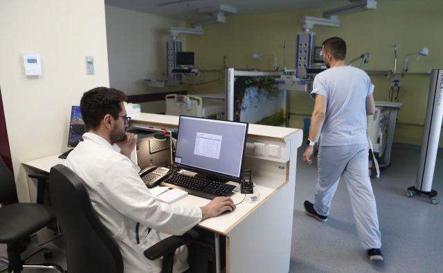 V ZD Slovenj Gradec pravijo, da zdravniki približno 70 odstotkov časa, namenjenega pacientu, porabijo za ukvarjanje s podatki v informacijskih sistemih, 30 odstotkov pa za pogovor s pacienti. FOTO Leon Vidic/Delo