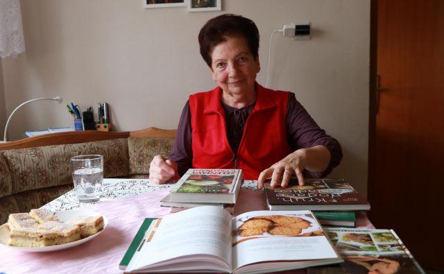 Pri osemdesetih Marija Fras še vedno odlično obvlada kuho in peko v domači kuhinji.