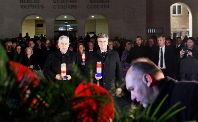 Hrvaški premier Andrej Plenković in nekdanji hrvaški član predsedstva BiH Dragan Čović leta 2017 med spominsko slovesnostjo padlim hrvaškim borcem v Mostarju. FOTO: Elvis Barukčić/AFP