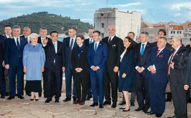 »Slovenija ima do pobude pasu in poti pozitivno stališče. Vidimo, da je to pot, kajti tudi mi imamo, denimo, pristanišče Koper kot okno v Evropo, ki bi lahko bilo za Kitajsko zanimivo,« meni Marjan Šarec (v prvi vrsti na sredini). FOTO: Božo Radić/Cropix