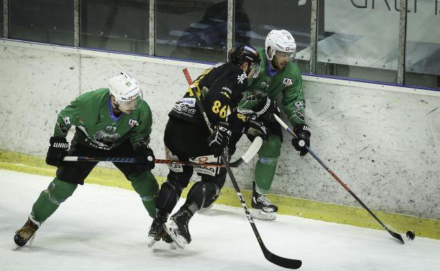 Hokejistom SŽ Olimpije se ni uresničila želja, da bi že za uvod finalne serije alpske lige zmagali na Južnem Tirolskem. FOTO: Jože Suhadolnik