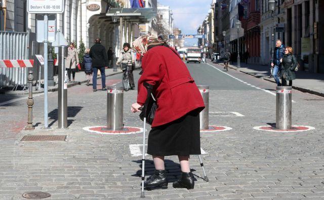 Še vedno ni ustreznih ukrepov, s katerimi bi obdržali kadre v domovih za starejše in oskrbovalke na domu. Foto Igor Mali
