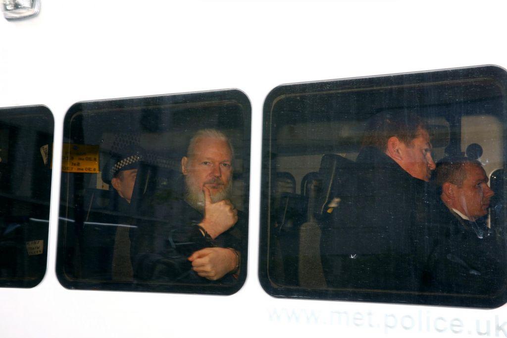 FOTO:Ameriško sodišče Assangea obtožilo zarote z Manningovo, britansko pa kršitve pogojnega izpusta