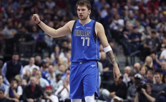 Luka Dončić je v prvi sezoni v NBA nanizal nekaj statistično izjemnih tekem, v naslednjih ga čaka še večji izziv - popeljati Dallas v končnico. FOTO: Reuters