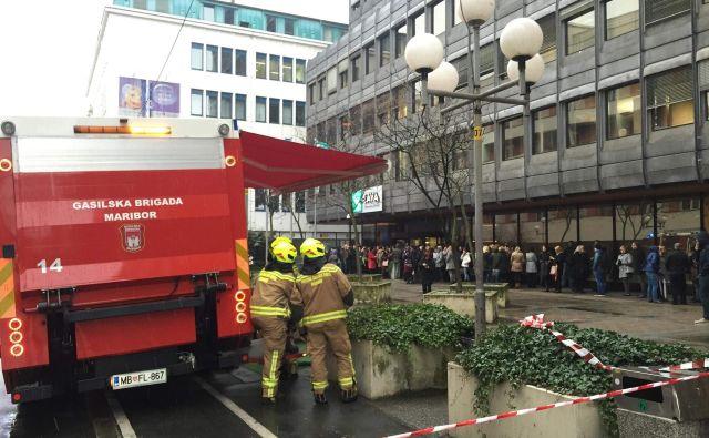 Gasilci in policisti so ne vedoč, da gre za marketinško potezo, evakuirali več kot 400 ljudi. FOTO: Aleš Andlovič