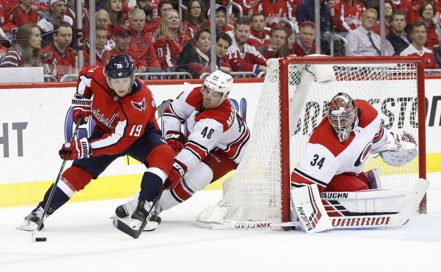 Nicklas Backstrom je bil junak prvakov, ki so z zmago začeli obrambo naslova v NHL. FOTO: Reuters