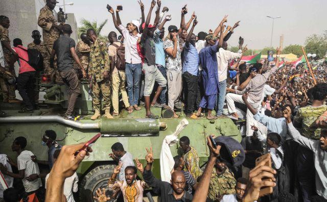 Protestniki so ob razglasitvi odstavitve Baširja na ulicah sudanske prestolnice množično slavili, a se je navdušenje hitro poleglo. FOTO: AFP
