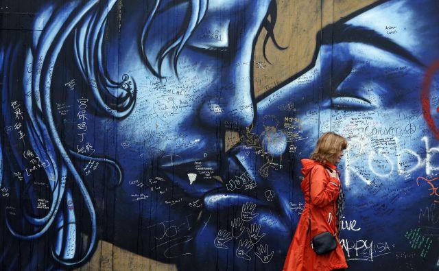 Tudi ulična umetnost v Belfastu odseva globoke delitve v severnoirski družbi. FOTO: Reuters