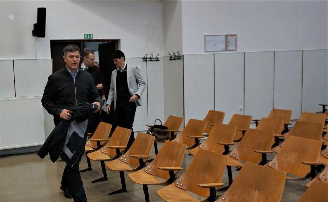 Obtožena Uroš Rotnik in Aleksander Hrkač (v svetlem suknjiču) prihajata na predobravnavni narok na celjskem sodišču. FOTO: Brane Piano