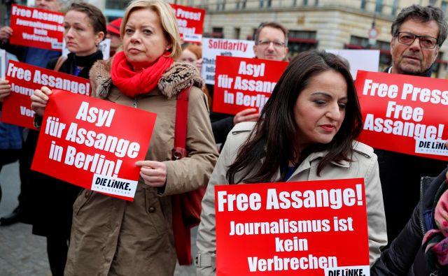 Policija je pojasnila, da so ga aretirali na podlagi zapornega naloga iz junija 2012 zaradi kršitve pogojnega izpusta in zahteve ZDA po izročitvi. FOTO: Fabrizio Bensch/Reuters