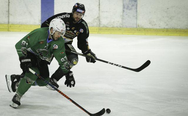 Žan Jezovšek (v zelenem dresu), Celjan pri ljubljanskem moštvu, se je na drugi tekmi finala AHL odrezal z goloma.<br /> <br /> FOTO: Jože Suhadolnik