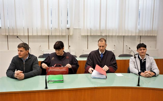 Obtožena Uroš Rotnik (levo) in Aleksander Hrkač (desno) na celjskem sodišču, vmes njuna zagovornika. FOTO: Brane Piano