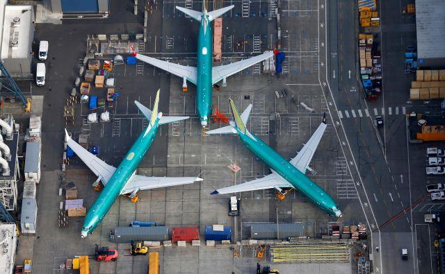 Boeing je zadnjo različico letala 737 max 8 opremil z večjimi, a bolj varčnimi motorji, da je lahko v tem tekmoval z airbusom 320neo. FOTO: Reuters