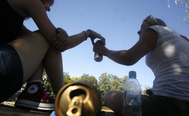 Popivanje mladih ob Ljubljanici. FOTO: Mavric Pivk/Delo