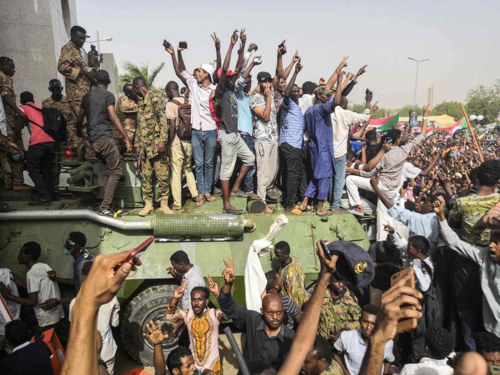 Protestniki vztrajajo na ulicah Kartuma, vojska jih skuša pomiriti