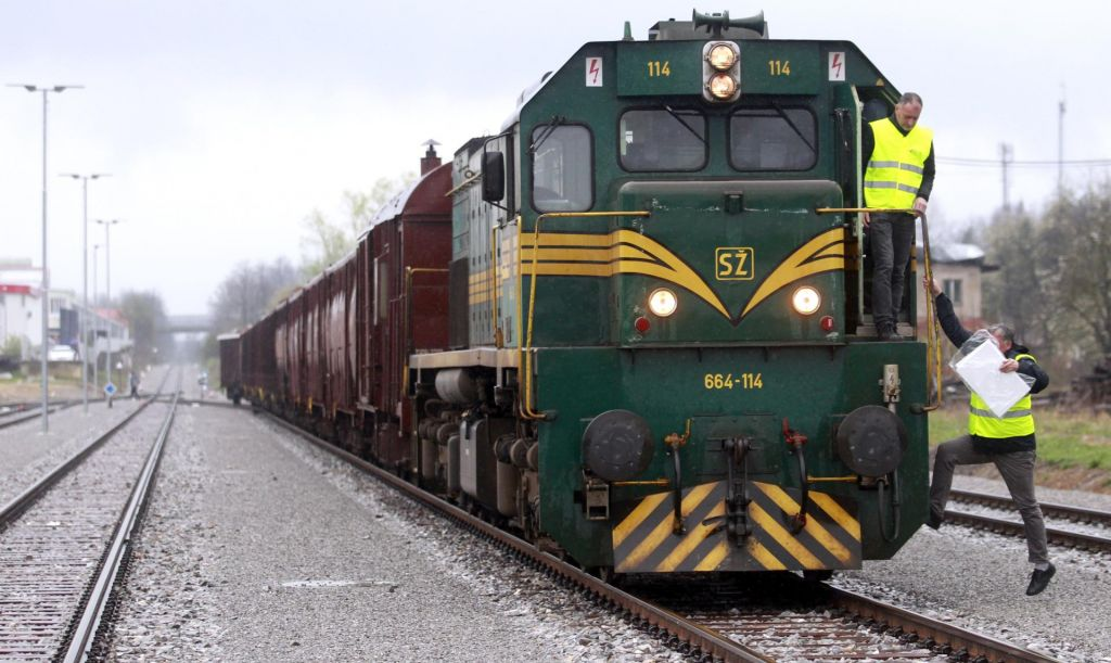 FOTO:Vlak le za tovor, ljudje še naprej samo po cesti