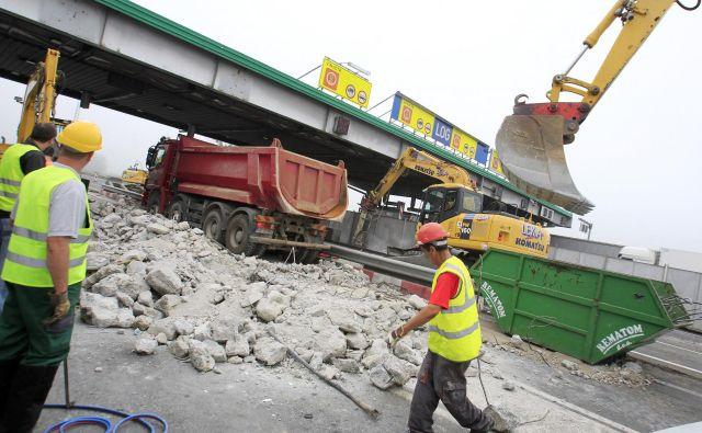 Odstranjevanje cestninske postaje Log FOTO: Leon Vidic/Delo