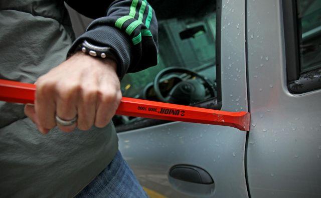Storilec je v večini primerov vozila nasilno odprl z naviranjem vrat, v manjšem številu pa z razbijanjem stekla.FOTO: Blaž Samec/Delo