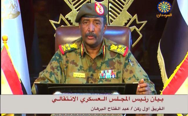 General Burhan je danes odredil ukinitev policijske ure po vsej državi, v televizijski izjavi je sporočil tudi, da bodo izpustili vse politične zapornike. FOTO: AFP