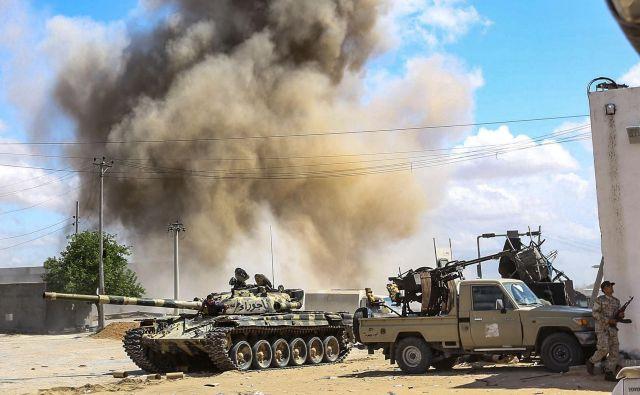 Sprti strani sta ob spopadih na tleh izvajali tudi letalske napade, nato pa druga drugo obtoževali napadov na civiliste. FOTO: AFP