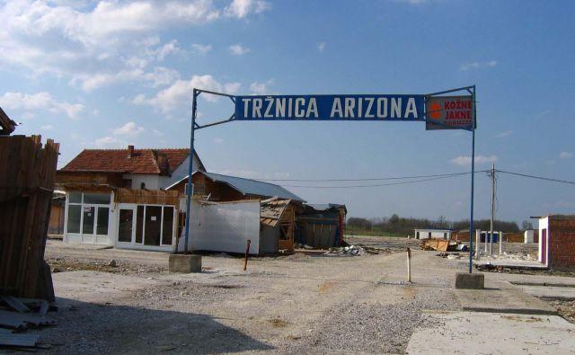 Tržnica Arizona na arhivski fotografiji. Leži 22 kilometrov od Brčkega, v bližini tromeje med Republiko srbsko, BiH in Hrvaško. FOTO: Denis Pilih