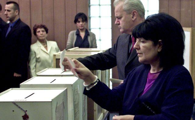 Slobodan Milosević skupaj s soprogo in koalicijsko partnerico Miro Marković med jugoslovanskimi splošnimi volitvami septembra 2000. FOTO: Petar Kudjundzić/Reuters
